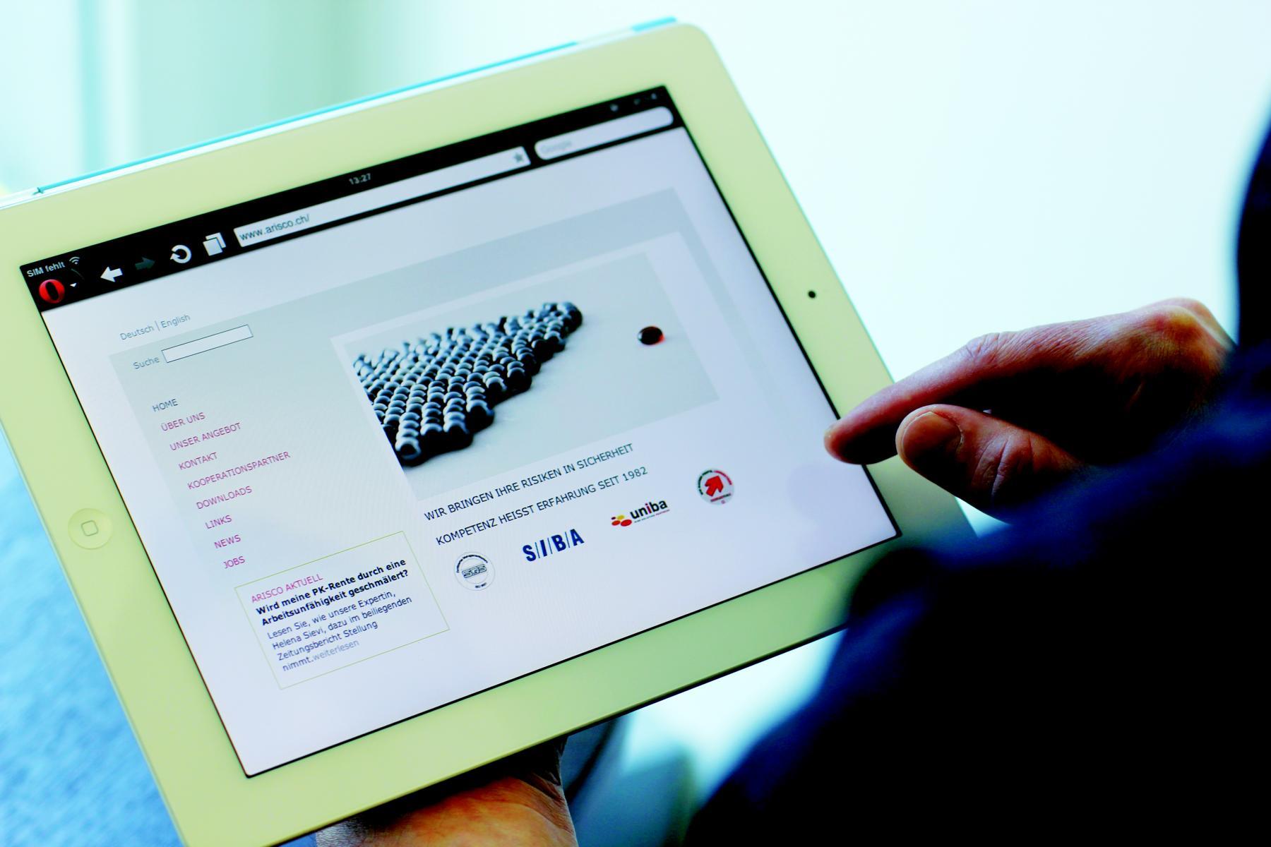 Traditionelle PR Firmenauftritt Arisco: Die neue Arisco-Webseite in der Responsiveansicht auf einem Tablet. Corporate Design für die neue ARISCO Holding AG mit den Divisionen ARISCO Vorsorge AG, ARISCO Versicherungen AG und ARISCO Dienstleistungen AG. ARISCO ist aus einer Firmenfusion entstanden.