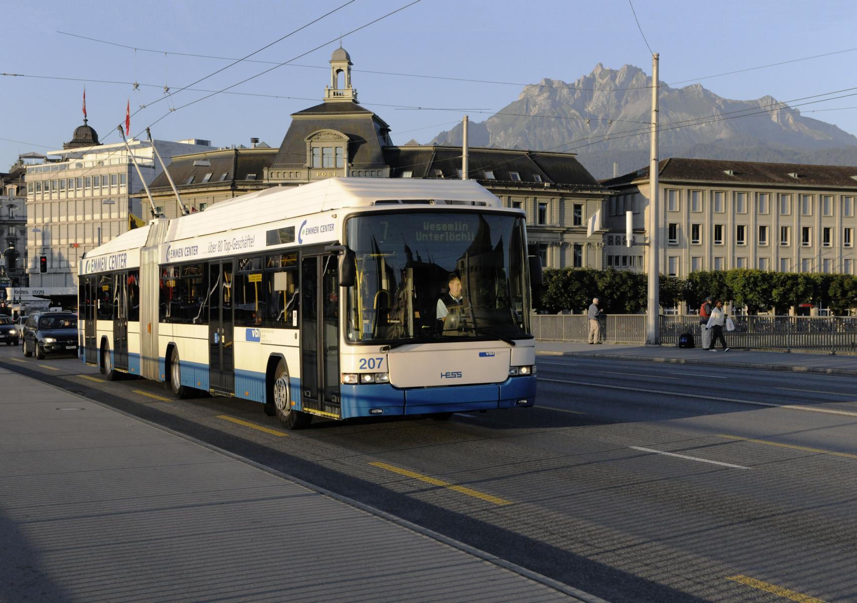 Content Formats Multimedia VBL Busordnung: Ein VBL-Bus mit der Farbe Blau uns weiss in Luzern, Schweiz. Die VBL Fahrgäste der Verkehrsbetriebe Luzern sollen an die wichtigen Verhaltensregeln im Bus aufmerksam und erinnert werden. PRtools hat die Aufgabe die Verhaltensregeln zu kommunizieren. Mit den Medien Traffic Media Screen, Website, Facebook und Fernsehen erstellt die PRtools GmbH einen Animationsfilm welcher im Bus und auf verschiedenen Kanälen gezeigt werden kann, online Promotion und online Marketing.