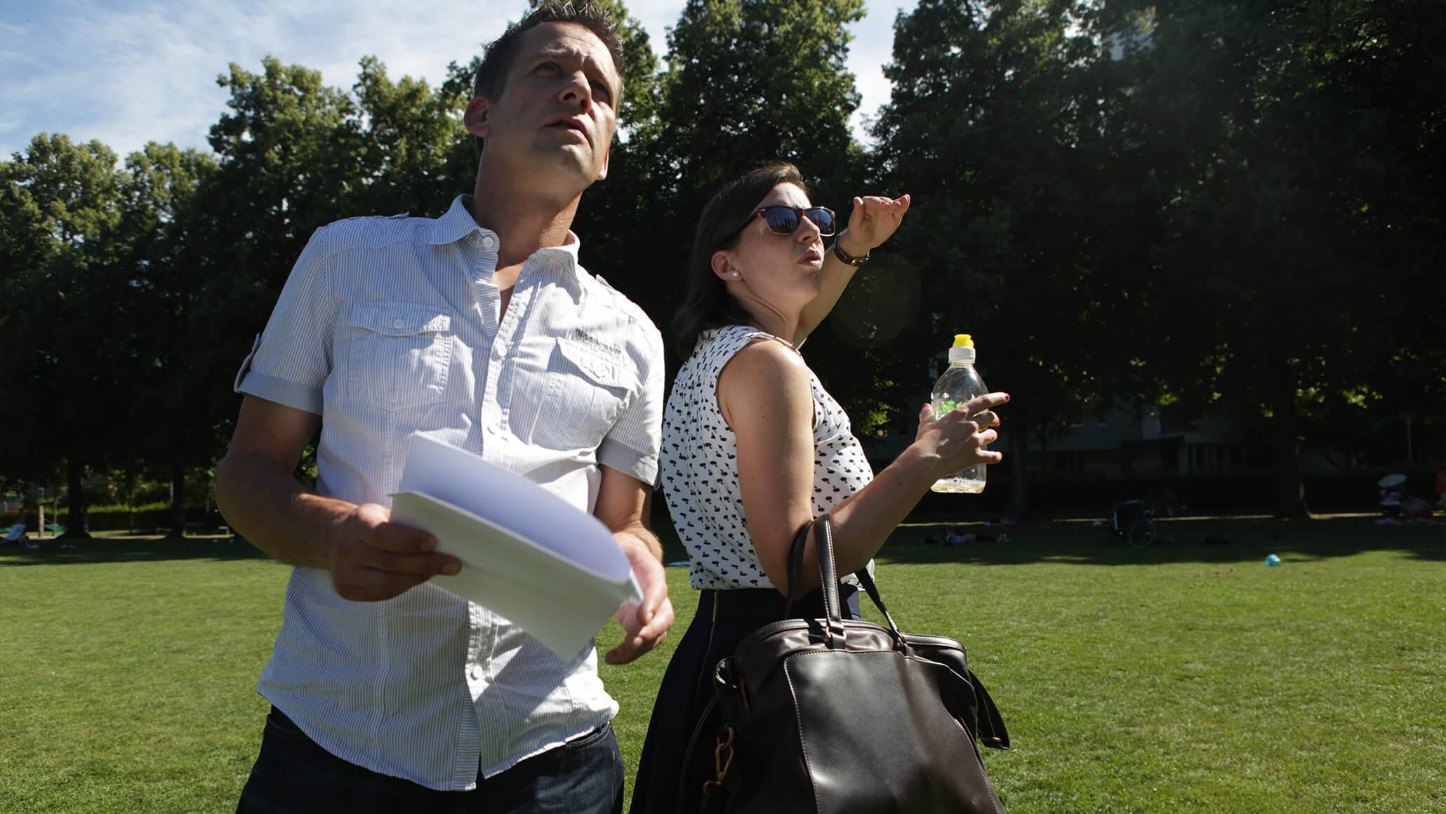 Teamevent: Marcel Hohl und Andrea Sigrist in einem Park in Zürich dem Fuchs auf der Spur.