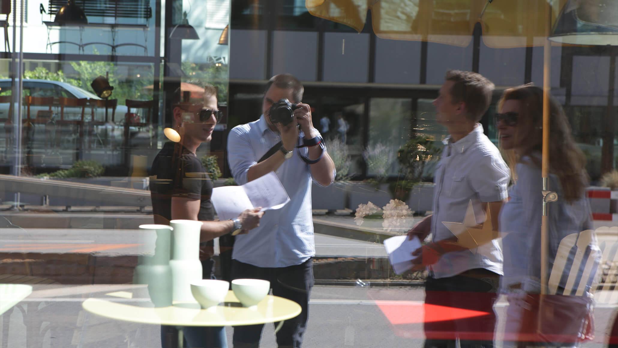 Teamevent: Das PRtools-Teamauf der Spur des Fuchses beim Foxtrail in Zürich. Marcel Hohl, Daniela Obrecht und Andreas Lehmann halten ausschau nach Hinweisen um zur nächsten Aufgabe des Foxtrails zu gelangen. Fotograf ist Philipp Obertüfer.