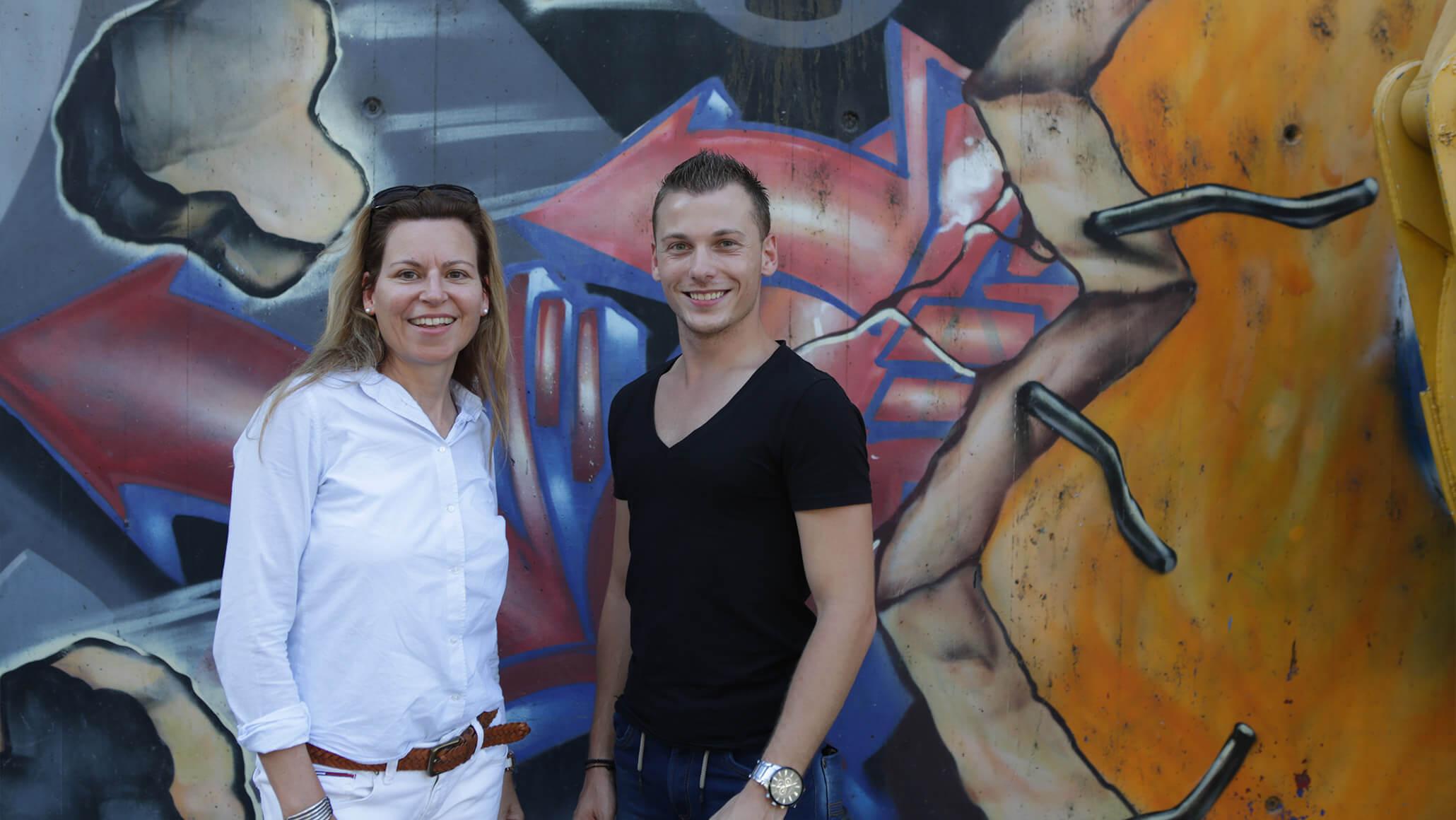 Teamevent: Einen Teil des PRtools-Team, Daniela Obrecht und Andreas Lehmann bei einem gemeinsamen Foto vor einer Graffiti-Wand in Zürich, Schweiz.