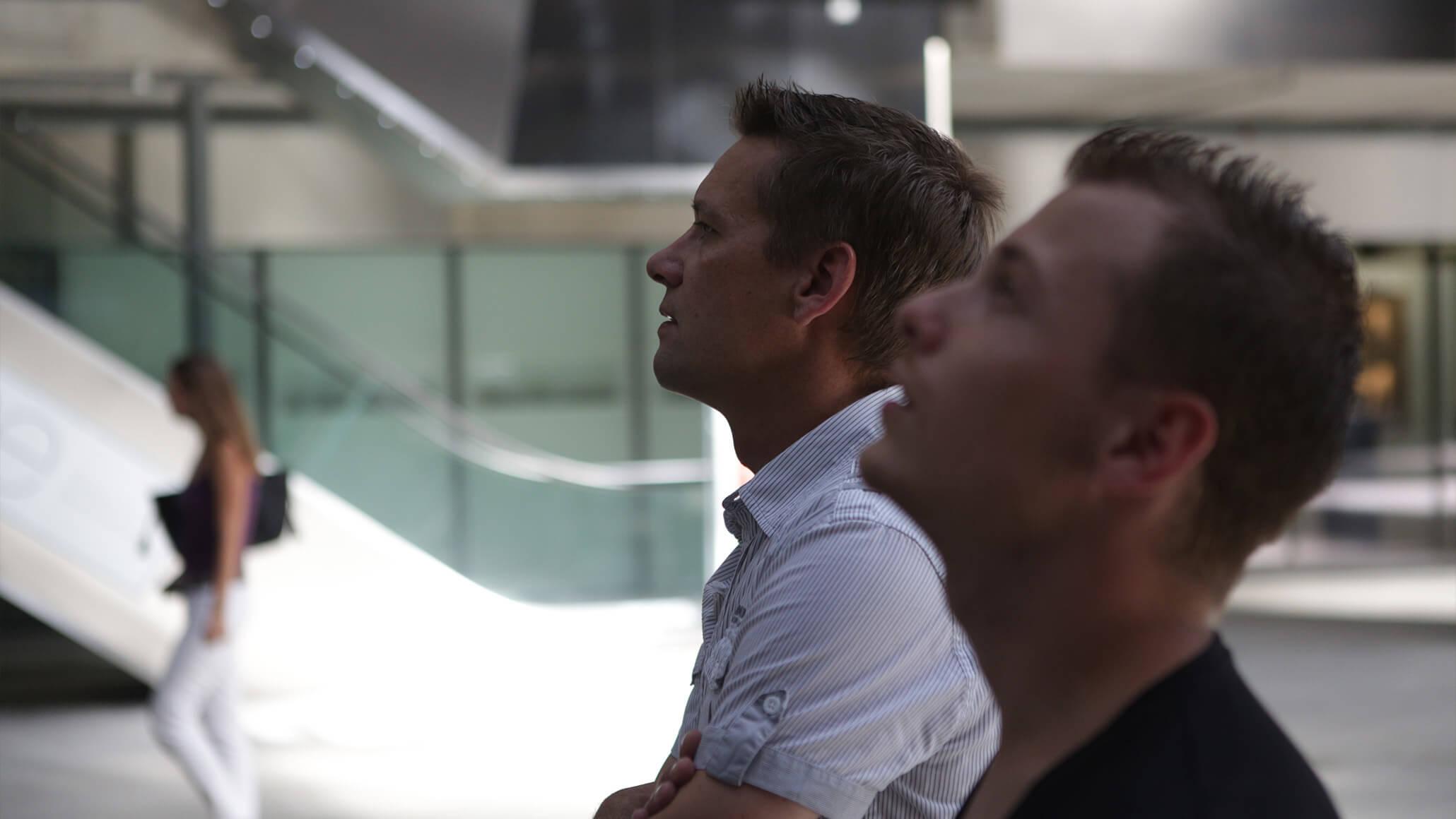 Teamevent: Marcel Hohl und Andreas Lehmann vom PRtools-Team beim lösen eines Rätsels des Foxtrails in Zürich.