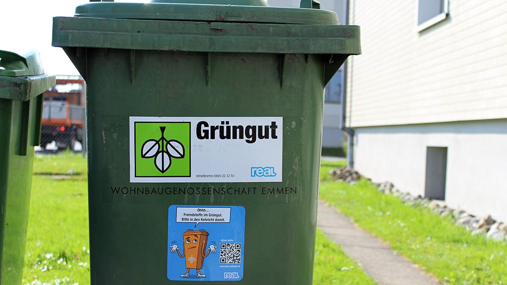PR-Kampagne REAL-Grüngut-Kampagne: Eine nicht saubere Grünguttonne. Da Toni Grün die Farbe orange angenommen hat, symbolisiert er den Besitzern, dass Sie nicht nur Grüngut, sonder auch Schadstoffe die weder zu Biogas noch zu nährstoffreicher Komposterde verarbeitet werden können in die Tonne geworfen haben. Mit dem aufklebbaren Prtint-Medium wird das entsorgte Grüngut bewertet und gekennzeichnet.