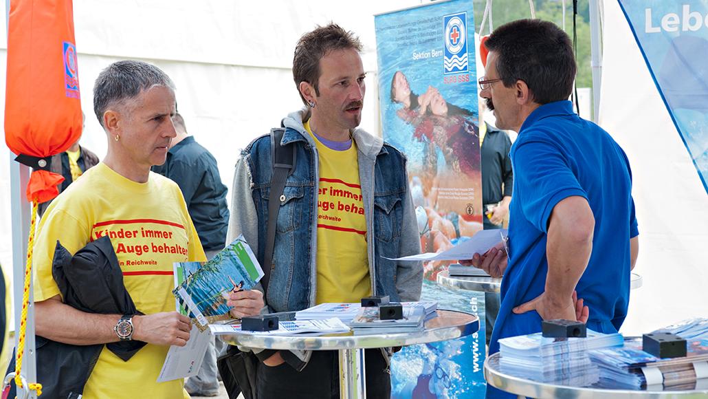 Traditionelle PR Startevent Water-safety: Informationsstand im Freibad Marzili in Bern. Vor dem Kampagnenstart findet der Partner- und Medienevent statt. Massnahmen und der Kopf der Kampagne Didi Dusche werden vorgstellt. Aktiv dabei sind die Partnerorganisationen, welche mit Informationsständen und Beiträgen wichtige Informationen über die Kampagne an Interessenten weitergeben.