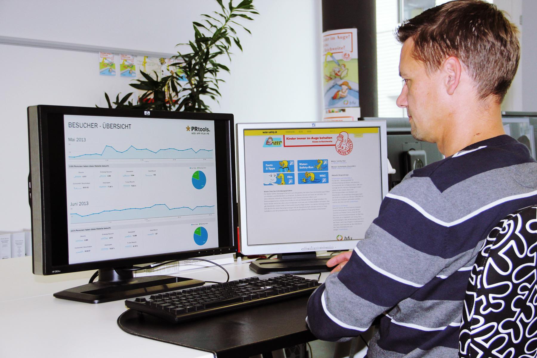 Online PR water-safety.ch: Marcel Hohl der Senior Web & App Developer von der PRtools GmbH beim auswerten und Programmieren des Webauftrittes der Water-Safety-Kampagne. Mit Online-Marketing-Aktivitäten sollen die Präventionsbotschaften der Water-Safety-Kampagne einem grösseren Publikum zugänglich gemacht werden. Anzeigengruppen-spezifische Textanzeigen, animierte Display-Anzeigen oder auch Facebook-Anzeigen generieren grosse Aufmerksamkeit.